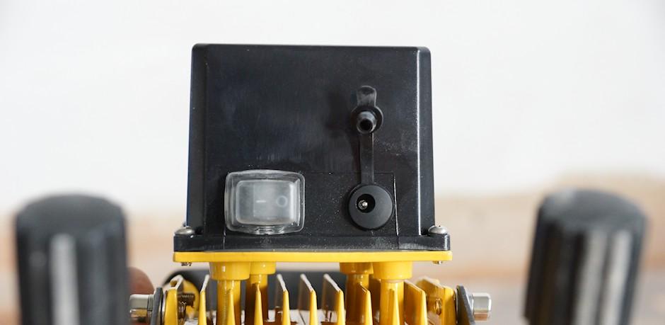 Schalter, Ladebuchse und Akku vom Baustrahler