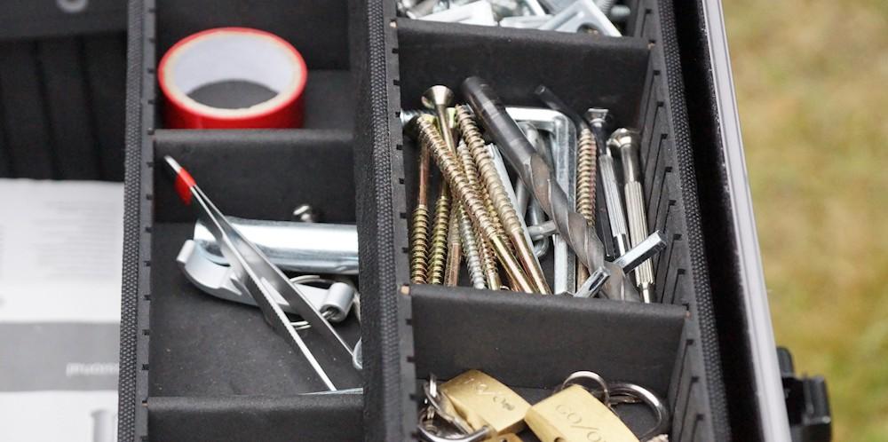 Innenfächer im Werkzeugkoffer mit Schrauben und Zubehör