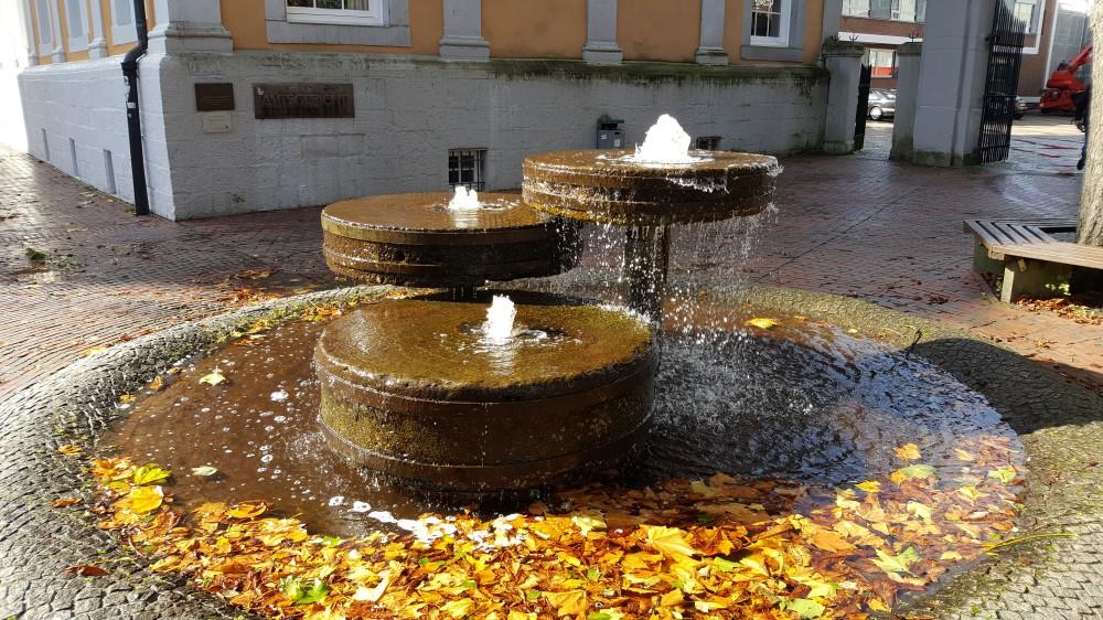 Handwerk in Lingen - Brunnen aus Mühlsteinen am Lingener Amtsgericht