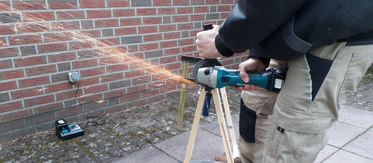 Makita DGA452Z im Praxistest beim Schneiden von Eisen